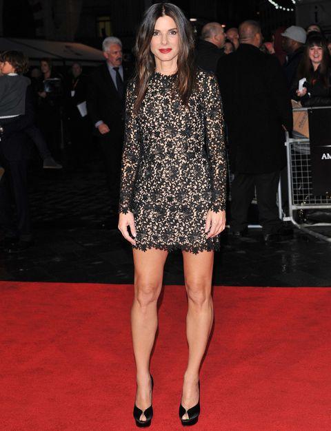 <p>Para el estreno de 'Gravity' en Londres,<strong>&nbsp&#x3B;Sandra Bullock</strong> eligió un modelo sexy de <strong>Stella McCartney primavera 2014</strong>: un minivestido de encaje negro de manga larga que combinó con pumps peep toe negras satinadas de&nbsp&#x3B;<strong>Charlotte Olympia</strong>. <strong>Un acierto...</strong> sus labios 100% red.</p>