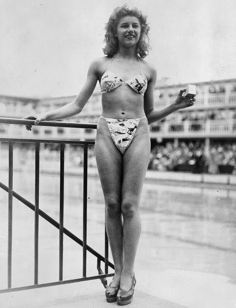 <p>La bailarina&nbsp;<strong>Micheline Bernardini</strong> presentó el 5 de julio de 1946 el primer bikini, &nbsp;de 30 pulgadas cuadradas (194 cm 2) de tela con el tipo de periódico.</p>