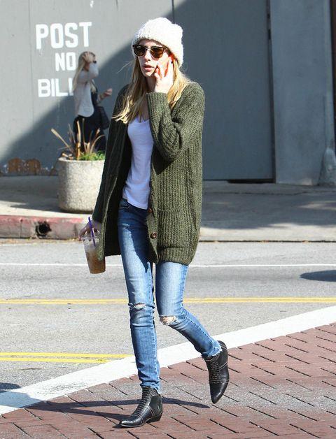 <p>Las chaquetas de punto que hasta ahora iban ocultas debajo de los abrigos salen a la luz y se convierten en las compañeras perfectas para las mañanas más frescas. Puedes elegir un modelo liso como este que luce <strong>Emma Roberts</strong>...</p>