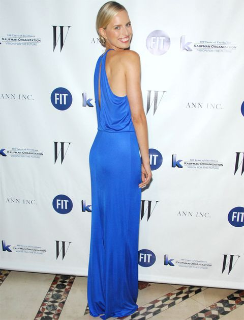 <p>Nos encanta el estilo de <strong>Karolina Kurkova</strong> tanto de día como de noche. En esta ocasión acertó con su vestido largo azul con caída, escote halter y abertura en la espalda. Por toda joya, la modelo lució un original brazalete. <strong>Un 10...</strong> para su maquillaje natural y su moño bajo efecto wet.</p>