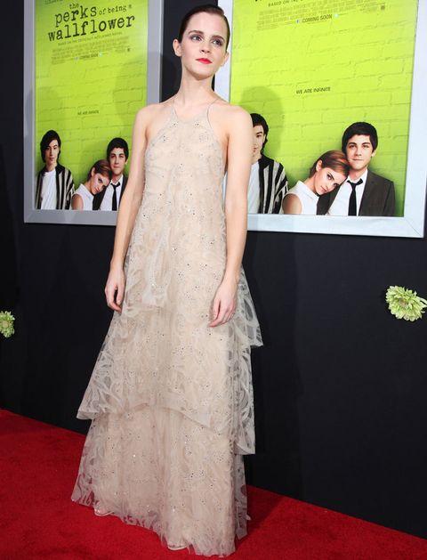 <p>Delicada, chic, elegante, glamourosa... todo esto consiguió <strong>Emma Watson</strong> con este vaporoso vestido nude de <strong>Giorgio Armani</strong> con los hombros al aire y espalda cruzada. <strong>Todo un acierto...</strong> su pelo recogido efecto wet y sus labios 100% rojos.</p>