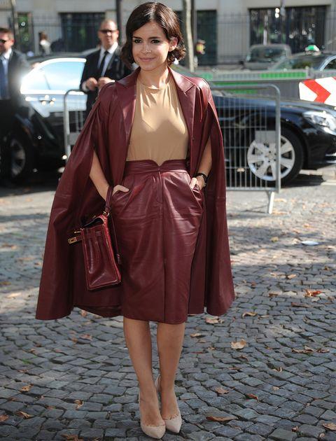 <p>Se apunta al color del otoño, el borgoña, con este look en piel que luce con top y salones en nude.</p>