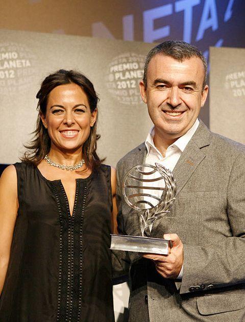 <p>Empezamos nuestras recomendaciones con los recientes triunfadores de los premios Planeta. </p><p> <strong>La marca del meridiano</strong><br />El madrileño <strong>Lorenzo Silva</strong> ha sido el ganador de este año, con una novela policíaca protagonizada de nuevo por sus ya míticos investigadores Rubén Bevilacqua y Violeta Chamorro, que creó hace 17 años. En esta ocasión, la pareja tendrá que hacer frente a un extraño crimen ocurrido en Barcelona, y que ahonda, según el propio autor, en la crisis moral que vive España. Una excelente opción para leer novela negra mientras, de paso, recordamos la negra situación que nos toca vivir. </p><p> <strong>Una vida imaginaria</strong><br /><strong>Mara Torres,</strong> actual presentadora de La 2 Noticias, consiguió ser finalista del Planeta con esta historia de amor y desamor, protagonizada por una treintañera que se esfuerza por superar una ruptura. Quizás su nombre, Fortunata Fortuna, sea un buen presagio. Encontrarás ambos libros en las tiendas a partir del 6 de noviembre.</p>