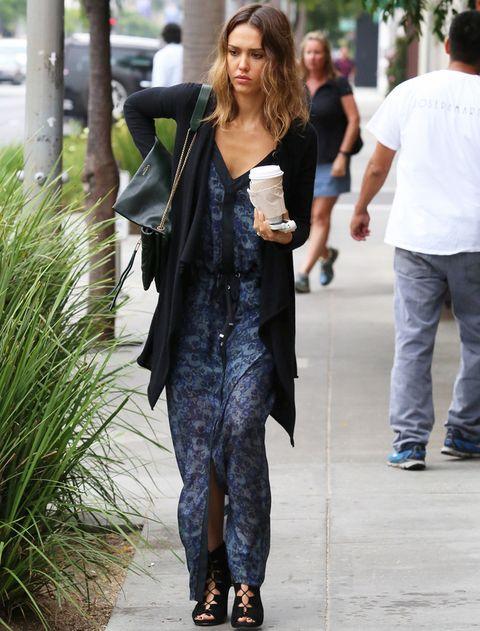 <p><strong>Jessica Alba</strong> prefiere los tonos oscuros de este vestido en azul y negro combinado con una chaqueta oversize, sandalias jaula en negro y bolso de piel en verde.</p>