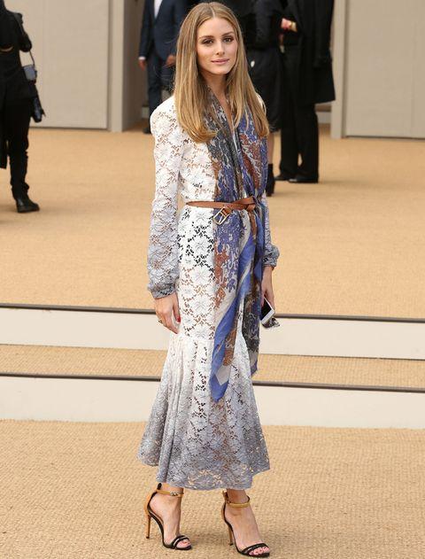 <p>Fichamos a<strong>Olivia Palermo</strong> con este vestido midi de encaje blanco y gris al que da un giro gracias a sus accesorios: un fular estampado, un cinturón anudado y sandalias al tobillo.</p>