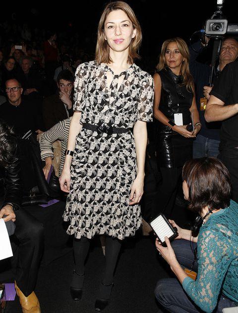 <p><strong>Sofia Coppola</strong> sacó un hueco de su apretada agenda para ver los desfiles de otros compañeros. Muy sencilla, la diseñadora optó por un vestido estampado en blanco y negro.</p>