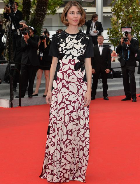 <p><strong>Sofia Coppola</strong> esta vez sí eligió un vestido largo de manga corta con estampado floral tricolor en blanco, negro y burgundy de <strong>Marc Jacobs Primavera 2014</strong>.</p>