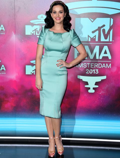 <p><strong>Katy Perry</strong> fue una de las más discretas sobre la alfombra roja con este diseño de aire retro en verde agua de <strong>Zac Posen Resort 2014</strong> combinado con diadema joya de <strong>Dolce &amp&#x3B; Gabbana</strong> y sandalias metalizadas de <strong>Charlotte Olympia</strong>.</p>
