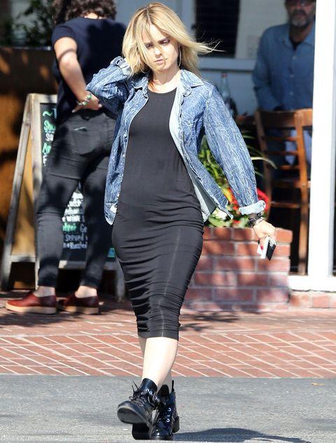 <p>Nos parece que<strong> Mena Suvari</strong> tiene un estilo sexy y acertado, pero esta vez falla y se convierte en la peor de la semana. El vestido midi en negro con camisa vaquera y botas moteras la favorece tan poco, que no parece ni ella.</p>
