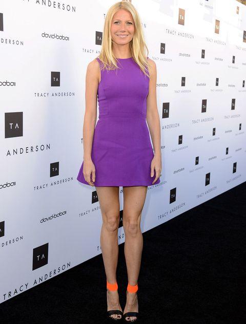 <p>Presume de figura gracias a este vestido que parece especialmente creado para ella. En un vibrante color violeta, se trata de un minivestido sin mangas con falda acampanada de <strong>Victoria Beckham</strong>, y le añade el complemento perfecto: unas sandalias negras con tira al tobillo en naranja neón de<strong> Michael Kors</strong>.</p><p>&nbsp;</p>