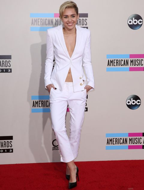 <p>Más discreta que en otros premios musicales, <strong>Miley Cyrus&nbsp;</strong>eligió un look en blanco con pantalones de <strong>Versus Versace</strong> y una chaqueta con imperdibles dorados que le quedaba algo grande. Unos salones negros de <strong>Saint Laurent</strong> y joyas de<strong> Lorraine Schwartz</strong>&nbsp;hicieron el resto.</p>
