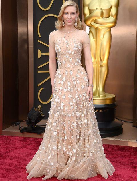<p>Prácticamente empata con Lupita Nyong'o, y es que&nbsp;<strong>Cate Blanchett,</strong> de nuevo fue una de las más&nbsp;elegantes. La actriz&nbsp;brilló con luz propia con este diseño de la colección <strong>Otoño Invierno13/14 de Alta Costura de Armani Privé</strong> de gasa con aplicaciones de flores en 3D y brillos.<strong> De 10...</strong>&nbsp;los espectaculares pendientes de <strong>Chopard.</strong></p>