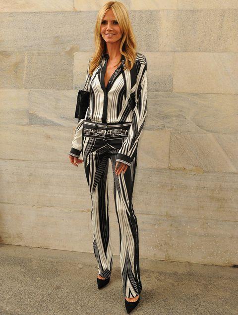<p>La top <strong>Heidi Klum</strong> eligió un look en blanco y negro para asistir al front row de <strong>Roberto Cavalli</strong>.</p>