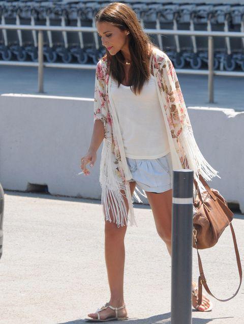<p>No hay tendencia que se resista a los street style de nuestra bloguera&nbsp;<strong>Paula Echevarria</strong>. Fichamos su kimono con flores y flecos que combina con prendas de fondo de armario como unos shorts vaqueros y una camiseta blanca. Unas sandalias planas y un bolso de piel hacen el resto.&nbsp;</p>