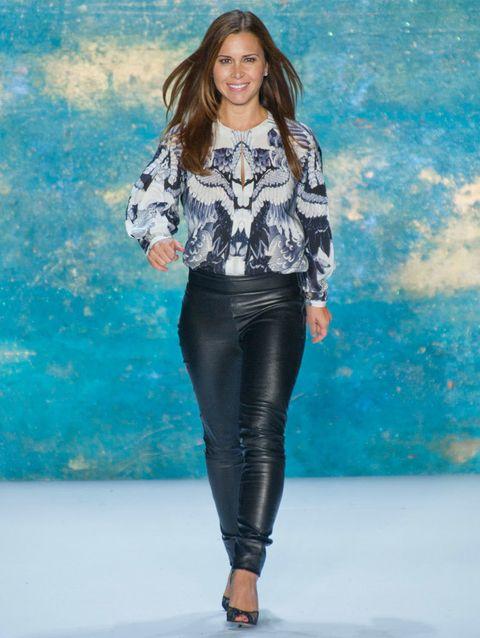 <p><strong>Monique L'huillier</strong> también elige prendas de sus colecciones para su salida triunfal. Mezcladas con piezas de fondo de armario como unos pitillo de cuero negros.</p>