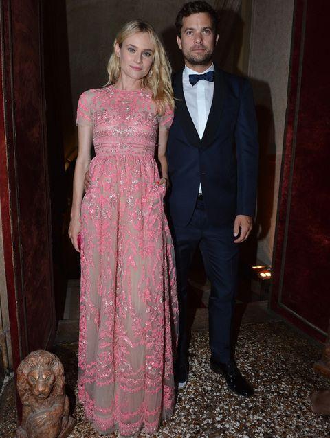 <p><strong>Diane Kruger y Joshua Kackson</strong> forman una de las parejas más estilosas de Hollywood. El actor de 'Fringe' estuvo a la altura de su novia con un smoking azul noche con pajarita a juego.</p>