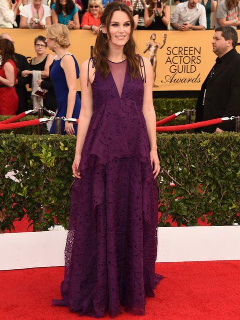 <p>En la misma<strong> gala Keira Knightley</strong> optó por un vestido que favorecía su embarazo, un diseño de encaje morado con un panel transparente en el escote. Lo firmaba<strong>Erdem</strong>.</p>