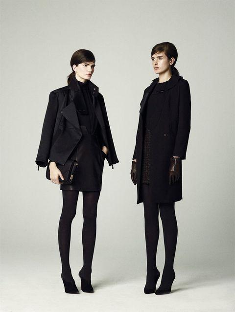 <p>Falda de cuero combinada con perfecto y falda de 'tweed' con un estampado sobrio. </p>