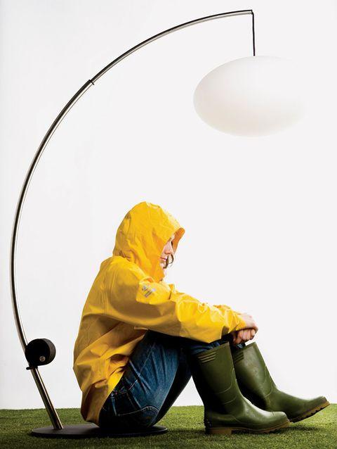 <p>Con forma de caña de pescar, con un carrete-dínamo que da luz led.</p>