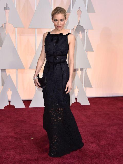 <p>Perfecta&nbsp;<strong>Sienna Miller</strong>&nbsp;con un vestido en azul noche con falda bordada semitransparente y destalles de strass de&nbsp;<strong>Oscar de la Renta</strong>. Uno de nuestros 'looks' BBC (bodas, bautizos, comuniones) favoritos.</p>