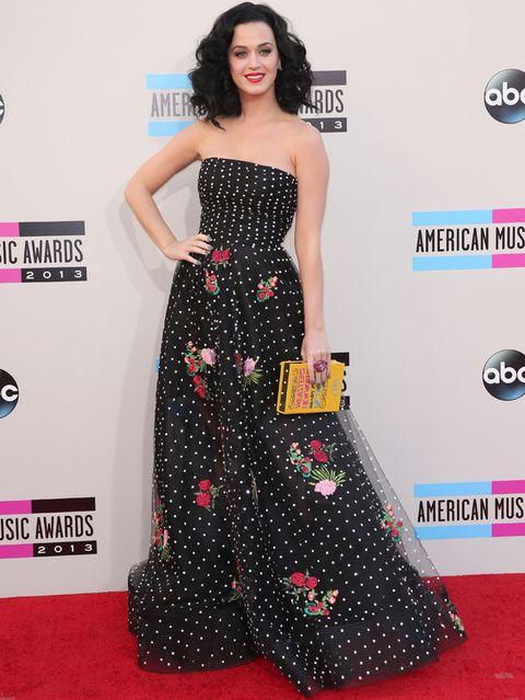 <p>Muy favorecida <strong>Katy Perry</strong> con este vestido palabra de honor en negro con topos blancos y bordado de flores de <strong>Oscar de la Renta Primavera 2014</strong> que combinó con uno de los originales clutch en forma de libro de <strong>Olympia Le-Tan</strong>. Un 10 para su melena con ondas y su toque de rojo en los labios.</p>