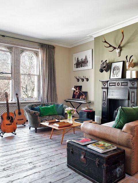 <p>Bea quiso dar a su salón una atmósfera de lounge inglés: puso un sofá de Katrina Phillips, en Portobello Road, y retapizó un sofá de Ikea en cuero y terciopelo. </p>