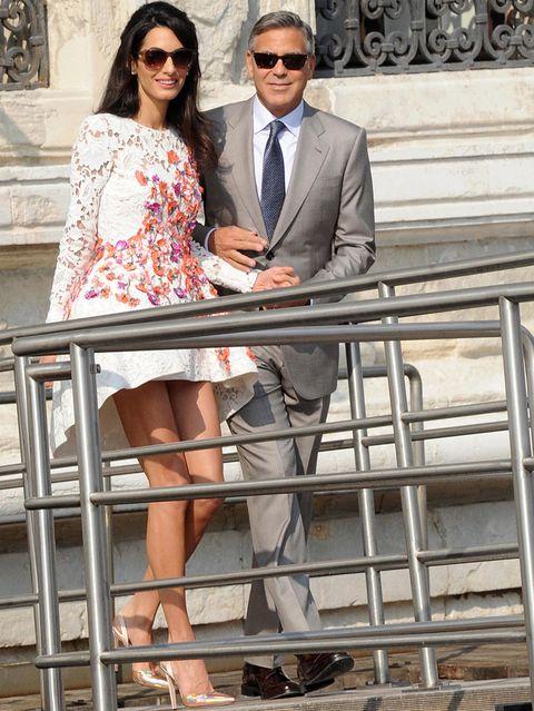 <p>Para su primera aparición como mujer de Clooney, la abogada libanesa eligió un minivestido de encaje blanco con aplique de flores y largo tail hem de <strong>Giambattista Valli Alta Costura</strong>. Lo combinó con unos salones dorados y unas gafas de sol.</p><p>&nbsp;</p>