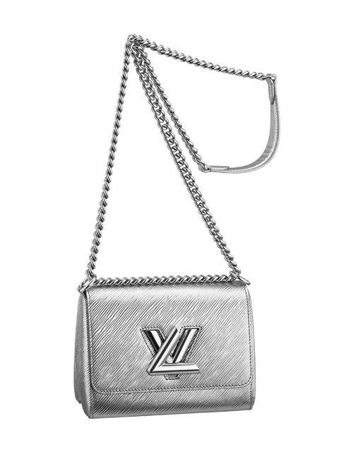 """<p>Rendidas caemos ante el bolso '<a href=""""http://es.louisvuitton.com/esp-es/productos/twist-epi-009188#M50116"""" target=""""_blank"""">Twist</a>' de <strong>Louis Vuitton</strong> en tono plata, forjado con correa de cadena y detalle de latón en relieve. Un clásico reinventado en clave 'chic' perfecto para la mujer de hoy y disponible también online (<a href=""""http://es.louisvuitton.com/esp-es/productos/twist-epi-009188#M50116"""" target=""""_blank"""">www.louisvuitton.com</a>).</p>"""
