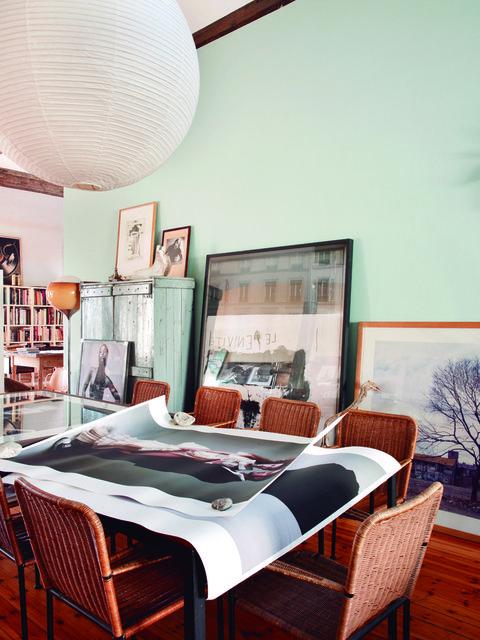 <p>Las fotos, grabados y pinturas son la pareja ideal de las piezas<i>vintage</i>e industriales: esta es la combinación que destaca en el comedor.</p>