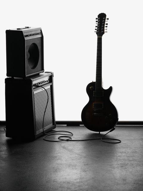 """<p>Se describen como un &quot&#x3B;Rock &amp&#x3B; Fun Club'. El espacio <a href=""""http://thundercatclub.com/jamssesion.html"""" target=""""_blank"""">Thunder Cat</a> (Campoamor, 11. Madrid) convoca a músicos profesionales y aficionados a pisar su escenario y tocar los instrumentos que ellos mismos te dejan preparados.<strong> ¿El resultado?</strong> La fiesta que se monta no podría ser más espontánea y natural. Allí se sube gente que toca versiones realmente buenas haciendo vibrar al resto de público que va como espectador. La entrada es gratuita y la diversión, está asegurada.</p>"""