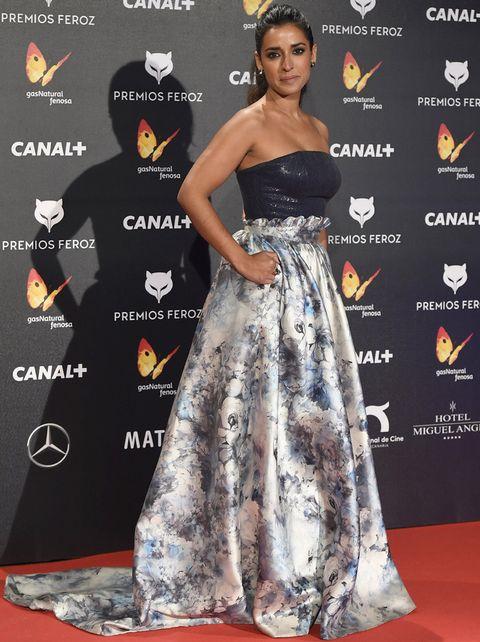<p>Muy sofisticado el look de <strong>Inma Cuesta</strong> con un vestido palabra de honor con voluminosa falda de flores de <strong>Dolores Promesas</strong>.</p>