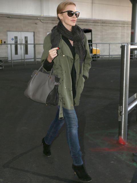 <p><strong>Kylie Minogue</strong> añade un plus de estilo a su look con parka gracias a los accesorios: botines de tacón negros, bolso bicolor y fular negro con print de topos.</p>