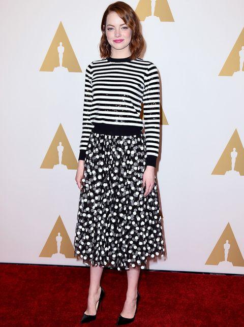 <p>Mix de prints en blanco y negro para <strong>Emma Stone</strong> con un jersey de rayas y una falda de topos, ambos de<strong> Michael Kors</strong>. Su único accesorio fueron unos salones básicos de Christian Louboutin.</p>