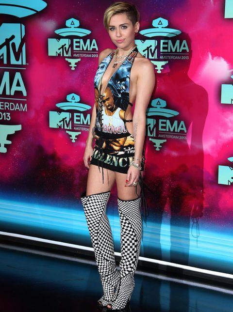 <p><strong>Miley Cyrus&nbsp&#x3B;</strong>dio la nota con este vestido gráfico de Biggie y Tupac &quot&#x3B;Please Stop The Violence' de <strong>NY Vintage</strong> combinado con botas de cuadros de <strong>Tom Ford</strong>.</p>