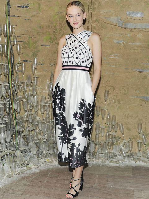<p>El estilo de la actriz se está convirtiendo en uno de nuestros favoritos gracias a looks como este con un vestido de doble estampado en blanco y negro y detalle rosa en la cintura. Lo combina con unas sandalias cruzadas en negro.</p>