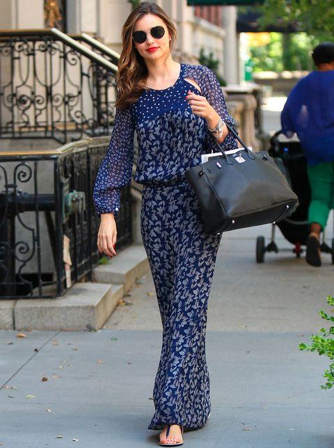 <p>Hemos tenido un flechazo con este vestido largo de <strong>Miranda Kerr</strong> que combina dos tipos de estampados con aberturas en los hombros. La modelo lo combina con unas sandalias planas negras y un bolso del mismo color.</p>