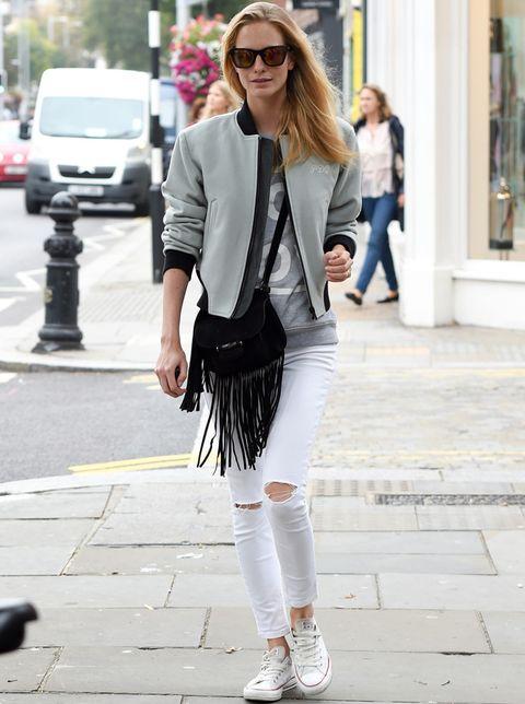 <p>De 10 este outfit de <strong>Poppy Delevingne</strong> con pantalones pitillo en blanco, sudadera gris, beisbolera en gris y negro, bolso de flecos y zapatillas Converse.&nbsp;</p>
