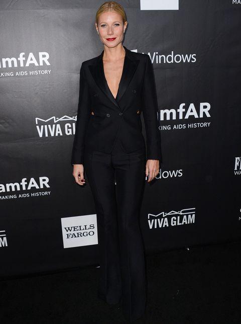 <p>También de negro pero con un outfit masculino firmado por<strong>Tom Ford</strong> vimos a<strong>Gwyneth Paltrow</strong>. El toque lady lo pusieron sus labios rojos.</p>
