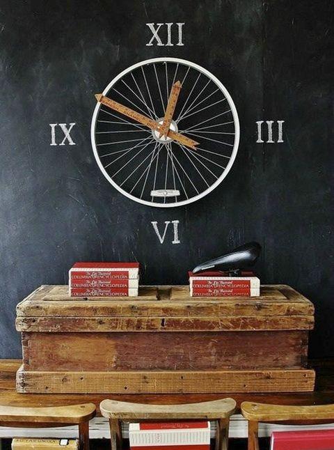 """<p>¡Es hora de rodar! En <a href=""""http://www.thistlewoodfarms.com/bicycle-wheel-clock"""" target=""""_blank"""">This Tlewood Farms</a> nos presentan este reloj de diseño con números romanos e inspirado en una rueda que nos encanta. Las manecillas corren a cargo de dos reglas de madera, las mismas que se utilizaban antiguamente en las escuelas. Esta pieza representa el equilibrio perfecto entre la decoración industrial y el estilo <i>retro</i>.</p>"""