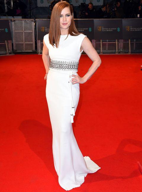 <p>De 10&nbsp;<strong>Amy Adams</strong> con este vestido columna en blanco con cristales en plata y cinturón con borlas de <strong>Lanvin</strong>.&nbsp;</p>