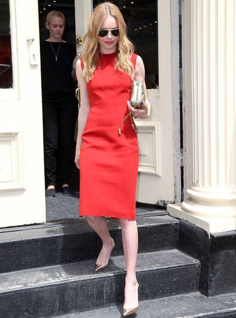 <p>En rojo y dorado y sin grandes complicaciones.<strong> Kate Bosworth</strong> luce este vestido recto sin mangas a la rodilla con accesorios dorados. Sobria pero muy trendy.</p>