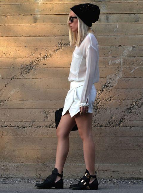 <p>Una de las mezclas más trendy, falda, top y en contraste cangrejeras negras y gorro de lana.&nbsp;</p>