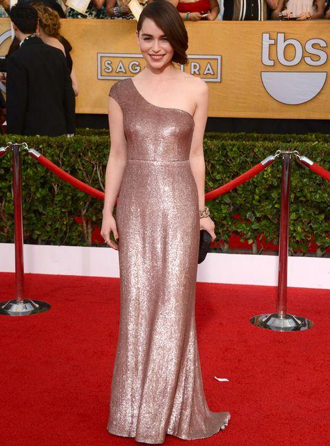 <p>En la alfombra roja <strong>Emilia Clarke</strong> (o lo que es lo mismo<strong>&nbsp;Khaleesi</strong>) siempre deslumbra con looks como este con un vestido asimétrico de paillettes en color oro rosa de <strong>Calvin Klein Collection</strong> combinado con un clutch negro de <strong>Rauwolf</strong> y joyas de <strong>Pomellato</strong>.&nbsp;</p>
