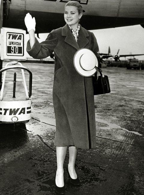 <p><strong>Grace Kelly</strong> ya reconoció el poder de este modelo durante su época de heroína chic y fetiche de Alfred Hitchcock y vistió esta creación en numerosas ocasiones, incluido el día de su boda con Rainiero de Mónaco.</p>