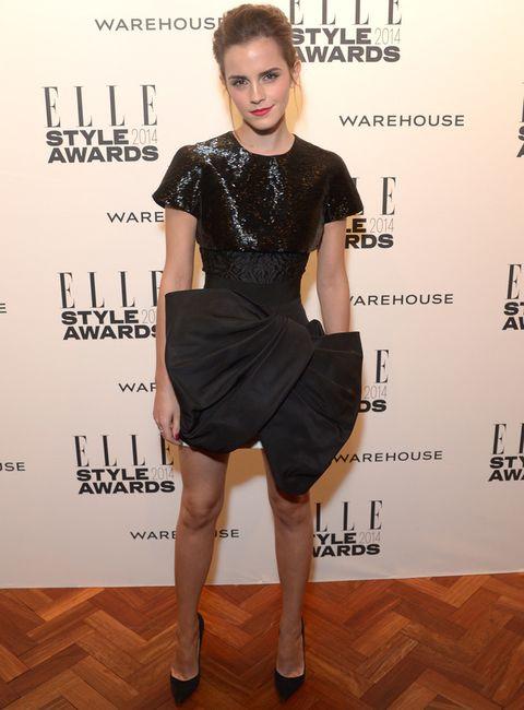 <p><strong>Emma Watson</strong> se atrevió con este little black dress con cuerpo de paillettes y falda en forma de lazo XL de <strong>Giambattista Valli Couture Primavera 2014</strong> combinado con salones también negros de <strong>Christian Louboutin</strong>, ear cuff de <strong>Sophie Bille</strong> y anillos de <strong>Bouchoron and Catbird</strong>.</p>
