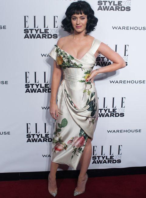 <p>Muy primaveral<strong> Katy Perry</strong>&nbsp;en la edición de 2014 con este vestido blanco asimétrico con print de flores de <strong>Vivienne Westwood</strong> con el que recogió su premio a Mujer del Año. Como único accesorio eligió unos salones glitter.</p>