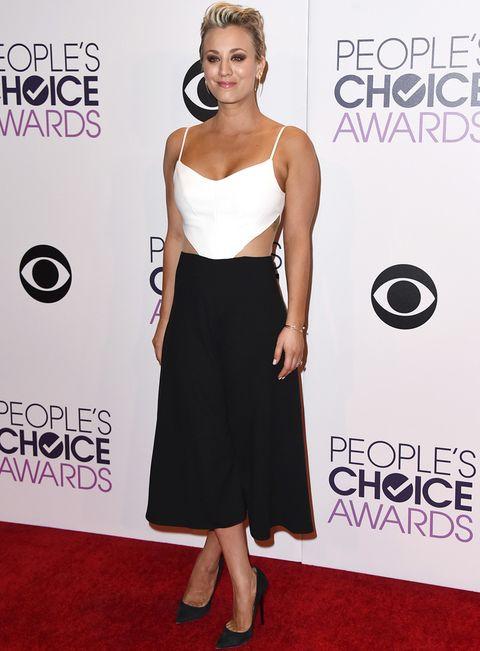 <p>De blanco y negro también vimos a <strong>Kaley Cuoco</strong> más atrevida con este vestido cut out de falda midi.</p>