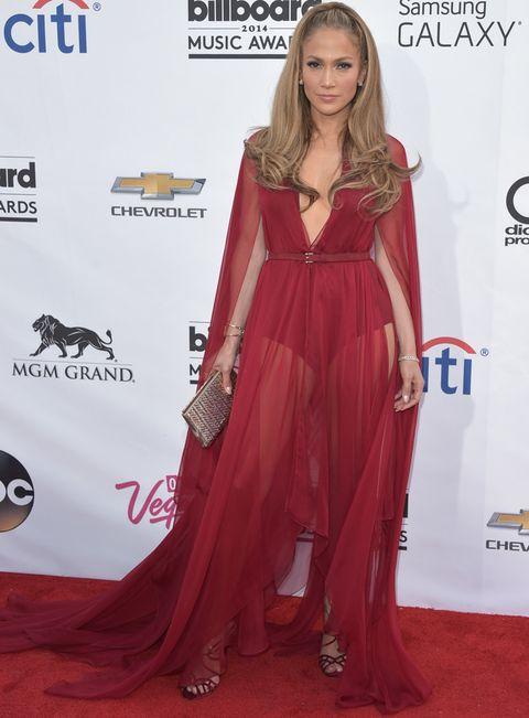<p><strong>Jennifer Lopez</strong> prefirió ir de largo con un vaporoso vestido rojo con transparencias de <strong>Donna Karan Otoño 2014</strong> combinado con unas sandalias en el mismo tono de <strong>Jimmy Choo</strong>, clutch plateado y joyas de<strong> Marina B</strong>.</p>