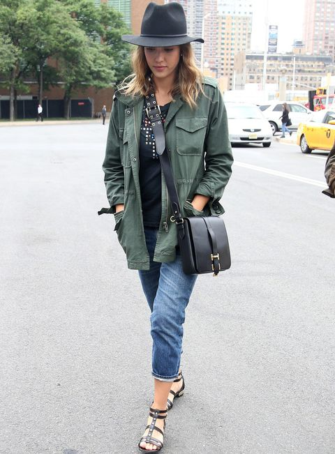 <p>Tomamos nota de este street style de <strong>Jessica Alba</strong> con vaqueros y parka clásica más el resto de prendas en negro: camiseta con tachuelas, sombrero, sandalias planas y bolso bandolera.</p>