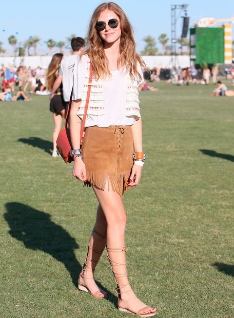 <p>Puro estilo 70's es lo que nos inspira este look de festival de <strong>Chiara Ferragni</strong> con camiseta básica, chaleco, falda de ante, bolso rojo y sandalias romanas con algo de plataforma.</p><p>&nbsp;</p><p>&nbsp;</p>